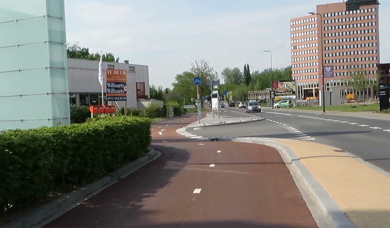 Droga rowerowa w 's-Hertogenbosch. Fot. Mark Wagenburg https://bicycledutch.wordpress.com/2015/10/27/from-on-street-cycle-lane-to-bi-directional-cycleway/
